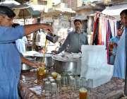 لاہور: ریڑھی بان گرمی کی شدت کم کرنے کی لیے شربت فروخت کر رہا ہے۔