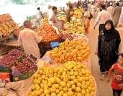 راولپنڈی: شمس آباد سستا رمضان بازار سے شہری خریداری کر رہے ہیں۔