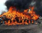 پشاور: اینٹی نارکوٹکس فورس کے اہلکار ڈرگ کو ضائع کرنے کے لیے آگ لگار ..