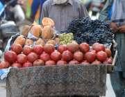 راولپنڈی: معمر ریڑھی بان پھیری لگا کر تازہ فروٹ فروخت کررہا ہے۔