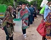 لاہور: خواتین پریزائیڈنگ آفیسران پولنگ کا سامان لیجا رہی ہیں۔