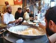 پشاور: دکاندار کھیر فروخت کررہا ہے۔