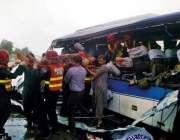 بہاولپور:ریسکیو1122کے اہلکار بس اور ٹرک کے تصادم کے نتیجے میں زخمیوں ..