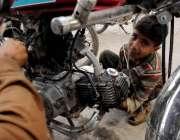 اسلام آباد: چائلڈ لیبر پر سخت پابندی کے باوجود کمسن بچہ موٹر سائیکل ..