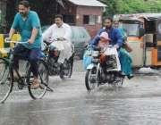 لاہور:صوبائی رارالحکومت میں ہونیوالی موسلا دھار بارش کے دوران شہری ..