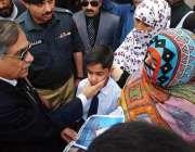 پشاور: چیف جسٹس آف پاکستان جسٹس ثاقب نثار ہائی کورٹ میں ایک بچے سے شفقت ..