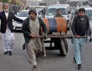 لاہور: محنت کش ہتھ ریڑھی پر ڈرم رکھے جارہے ہیں۔