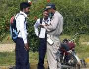 اسلام آباد: ٹریفک وارڈن موٹر سائیکل سوار کا چالان کاٹ رہا ہے۔