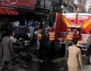 راولپنڈی: ریسکیو اہلکار راجہ بازار کوٹ گلی گودام میں لگنے والی آگ بجھانے ..