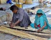 حیدر آباد: محنت کش روایتی انداز سے چکیں بنا رہے ہیں۔