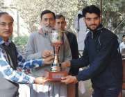 پشاور: انٹر کالجز سپورٹس فیسٹیول کے فاتح کھلاڑی کو مہمان خصوصی ٹرافی ..