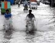 راولپنڈی: بدھ کی صبح ہونے والی بارش کے دوران صادق آباد مین روڈ تالاب ..