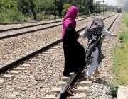 راولپنڈی: مریڑ ریلوے ٹریک سے خواتین خطرناک انداز سے گزر رہی ہیں جو کسی ..