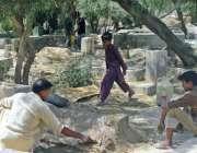 بہاولپور: محرم الحرام کے موقع پر شہری اپنے پیاروں کی قبروں کے مرمت کر ..