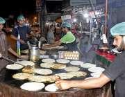 لاہور: دکاندار سحری کے لیے پراٹھے بنانے میں مصروف ہیں۔
