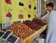 اسلام آباد: دکاندار گاہکوں کو متوجہ کرنے کے لیے کھجوریں سجا رہا ہے۔