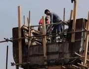 اسلام آباد: مزدور کشمیر ہائی وے میٹرو بس پراجیکٹ کی تعمیر کے کام میں ..