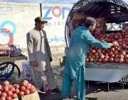 کوئٹہ: دکاندار گاہکوں کو متوجہ کرنے کے لیے انار سجا رہاہے۔