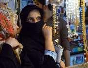 حیدر آباد: عید کی تیاریوں میں مصروف خواتین ریشم بازار سے جیولری پسند ..