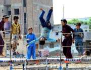 حیدر آباد: مکی شاہ کے علاقہ میں بچے کھیل کود میں مصروف ہیں۔