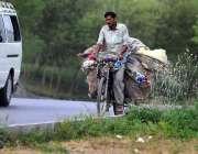 اسلام آباد: خانہ بدوش سائیکل سوار کار آمد اشیاء تلاش کرنے کے بعد اپنی ..