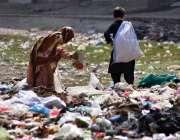 پشاور: خانہ بدوش بچے کچرے کے ڈھیر سے کار آمد اشیاء تلاش کر رہے ہیں۔