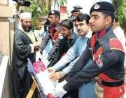 پشاور: سی ٹی اے ایف پشاور کے عہدیداران پولیس شہداء کی یاد گار پر پھول ..