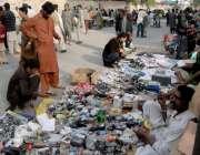 راولپنڈی: ہفتہ وار جمعہ بازار سے شہری کار آمد اشیاء خرید رہے ہیں۔
