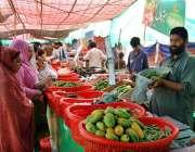 فیصل آباد: خواتین سستا رمضان بازار سے سبزیاں اور فروٹ خریدنے میں مصروف ..