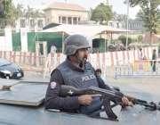 لاہور: پنجاب اسمبلی کے اجلاس کے موقع پر پولیس اہلکار حفاظتی ڈیوٹی سر ..