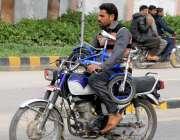 راولپنڈی: موٹر سائیکل سوار سائیکل اٹھائے بائیک چلا رہا ہے جو کسی حادثے ..