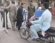 لاہور:8ویں محرم الحرام کے مرکزی جلوس میں شرکت کے لیے آنے والوں کی تلاشی ..