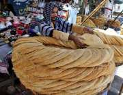 سرگودھا: عیدکے کے پیش نظر دکاندار پھینیاں فروخت کے لیے سجا رہا ہے۔