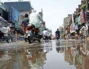 فیصل آباد: پری مون سوسن کی بارش کا پانی چوک گھنٹہ گھر میں کھڑا ہے جو ..