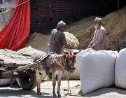 راولپنڈی: دکاندار توڑی فروخت کر رہا ہے۔