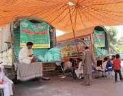 لاہور: شادمان سستا رمضان بازار میں آٹا فروخت کرنے کے لیے ٹرک کھڑے ہیں۔