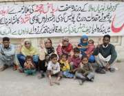 لاہور: گوجرانوالہ کے رہائشی اپنے مطالبات کے حق میں پریس کلب کے باہر ..