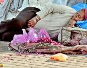 لاہور: بھاٹی چوک میں پھولوں کی پتیاں فروخت کرنیوالی ایک محنت کش خاتون ..