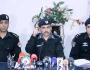 پشاور: سی سی پی او قاضی جمیل الرحمن پریس کانفرنس سے خطاب کررہے ہیں۔