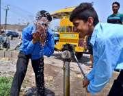 سرگودھا: سکول سے چھٹی کے بعد بچے گرمی کی شدت کم کرنے کے لیے ہینڈ پمپ ..
