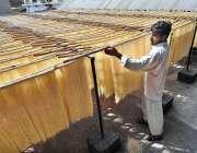 راولپنڈی: مزدور سویاں بنانے کے بعد خشک کرنے کے لیے ددھوپ میں ڈال رہا ..