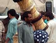 راولپنڈی: محنت کش گلی گلی پھیری لگا کر موڑھے فروخت کر رہاہے۔