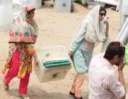 لاہور: خواتین پریزائیڈنگ آفیسرز عام انتخابات کے لیے بیلٹ باکس لیکر ..