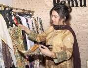 لاہور: مقامی ہوٹل میں منعقدہ حلال کانفرنس و نمائش میں ایک لڑکی ملبوسات ..