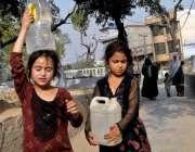 راولپنڈی: پیر ودھائی کے علاقہ ہزارہ کالونی میں بچے دور دراز سے پینے ..