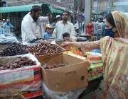 پشاور: ماہ رمضان کے موقع پر دکاندار کھجوریں فروخت کر رہاہے۔