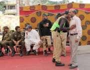 لاہور: سستے رمضان بازار میں خریداری کے لیے آنے والے شہری کی تلاشی لی ..