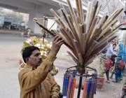 لاہور: ایک شخص بانسریاں فروخت کررہا ہے۔