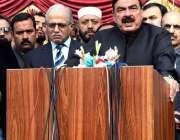 راولپنڈی: وفاقی وزیر ریلوے شیخ رشید احمد میڈیا سے گفتگو کررہے ہیں۔