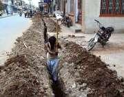 سرگودھا: صاف پانی کی پائپ لائنیں بچھانے کے لیے مزدور کھدائی کر رہا ہے۔